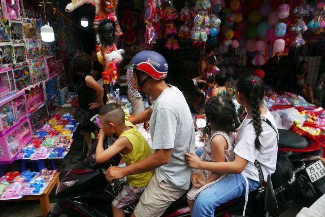 Nhiều điểm vui chơi tại TP.HCM quá tải dịp nghỉ lễ 2/9, chợ Trung thu phố cổ Hà Nội đông nghịt người - Ảnh 9