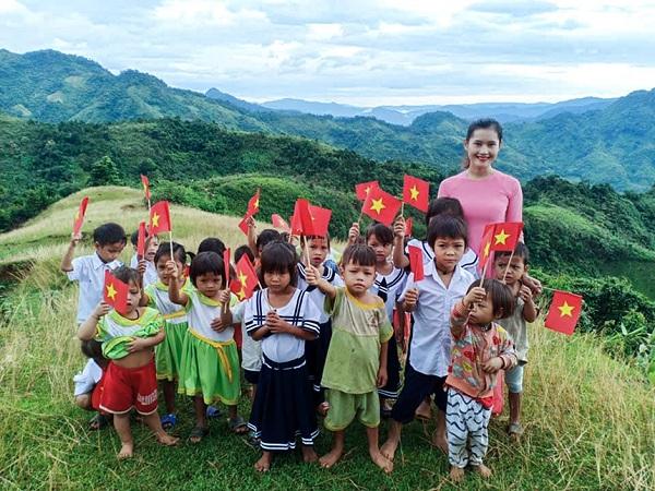 Ngắm những bức ảnh đẹp đến nao lòng về các lớp học trên đỉnh núi cao chót vót - Ảnh 1