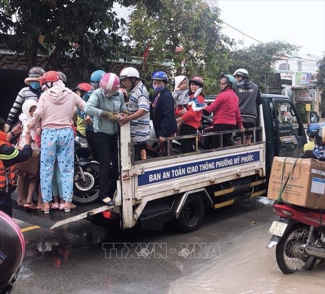 """Công an Bến Cát dùng xe chuyên dụng """"tăng bo"""" người dân vùng bị ngập - Ảnh 3"""