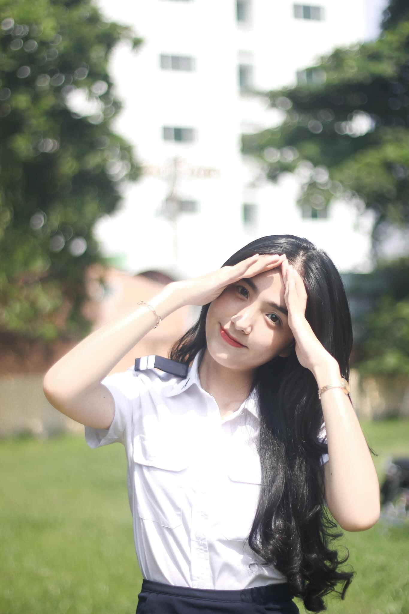 """Nữ sinh Học viện Hàng không đẹp """"nín thở"""" trong bộ ảnh chụp vội ngoài sân trường - Ảnh 2"""