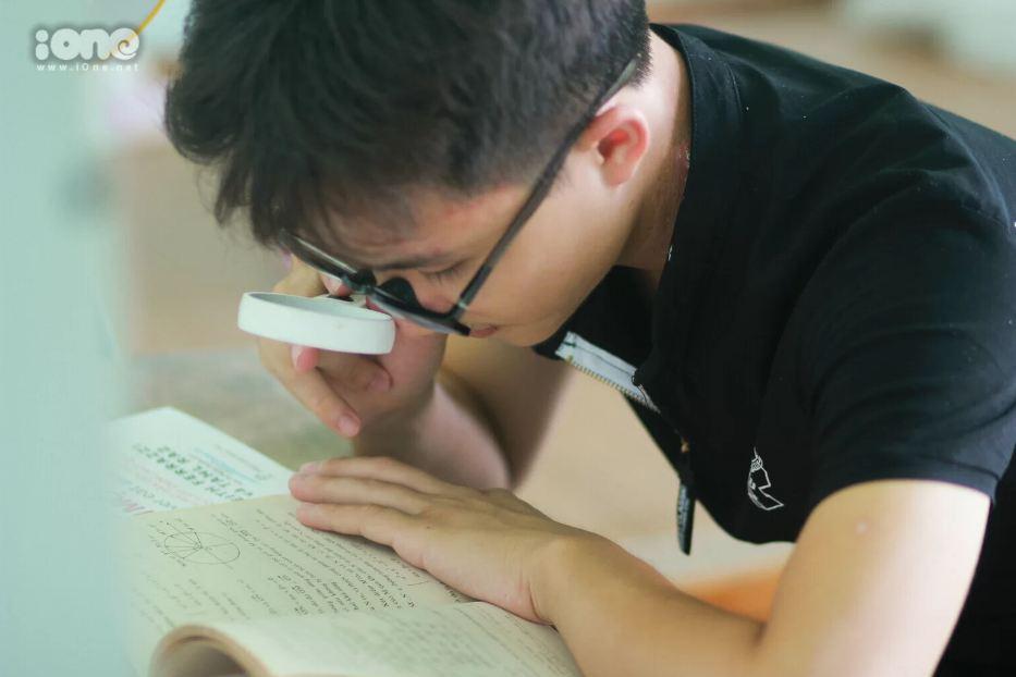 Điều ít biết về thủ khoa đầu vào Học viện Quản lý giáo dục: Dùng kính lúp soi chữ học bài  - Ảnh 1