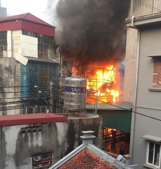Hà Nội: Nhà 3 tầng cháy dữ dội, khói đen bốc nghi ngút - Ảnh 1