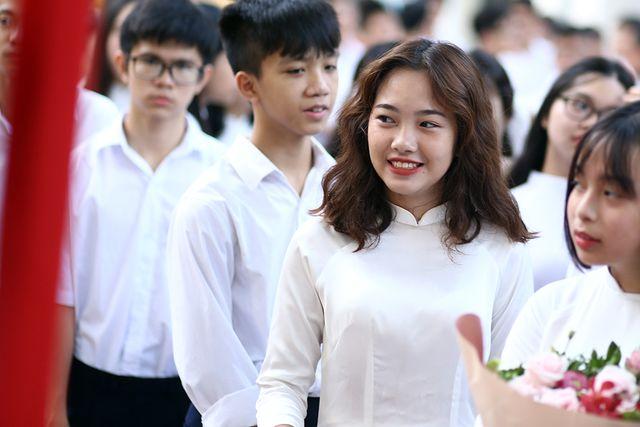 Ngắm những nữ sinh mặc áo dài trắng đẹp tinh khôi trong lễ khai giảng khiến dân mạng mê mẩn - Ảnh 8