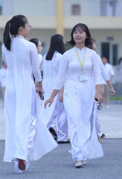 Ngắm những nữ sinh mặc áo dài trắng đẹp tinh khôi trong lễ khai giảng khiến dân mạng mê mẩn - Ảnh 1