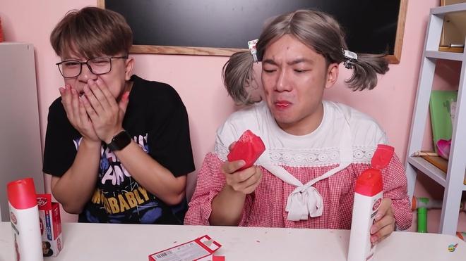 Phẫn nộ kênh Youtube xúi trẻ em ăn xà bông, sữa tắm - Ảnh 1