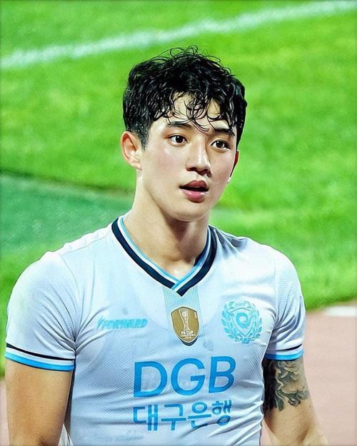 """Nhan sắc cực phẩm của soái ca U23 Hàn Quốc khiến hội chị em """"đứng ngồi không yên"""" - Ảnh 4"""