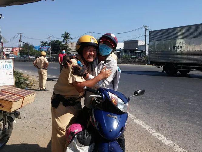 CSGT TP.HCM phát nước, khăn lạnh miễn phí cho người dân trên đường về quê ăn Tết - Ảnh 2