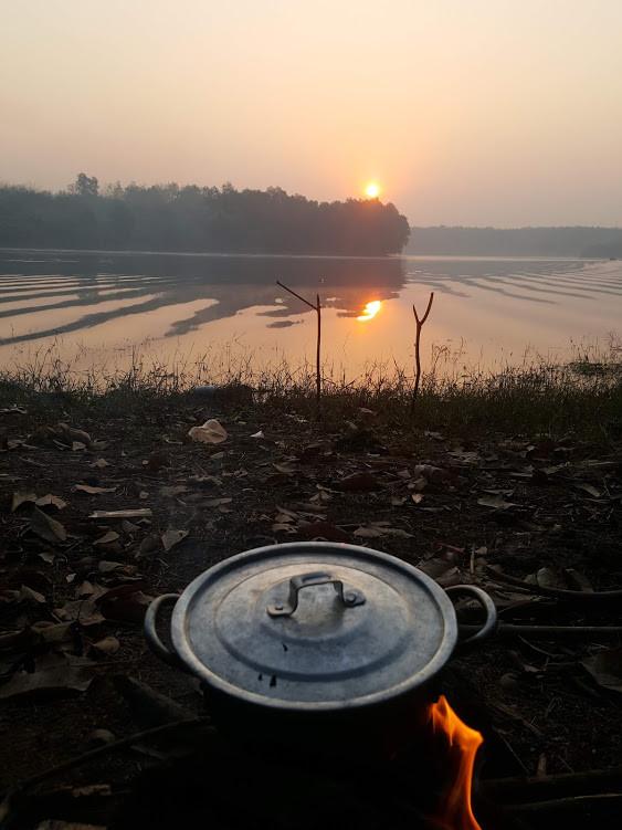 Thầy giáo một mình đi bộ 400km từ TP.HCM về quê ăn Tết chỉ với 100.000 đồng trong ví - Ảnh 2