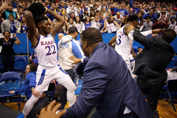 Video: Cầu thủ bóng rổ choảng nhau như trên võ đài, suýt cầm ghế phang đối thủ - Ảnh 1