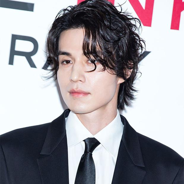 Tiết lộ loại gen hiếm giúp nam tài tử Lee Dong Wook sở hữu vẻ đẹp nam thần đầy ma mị - Ảnh 1