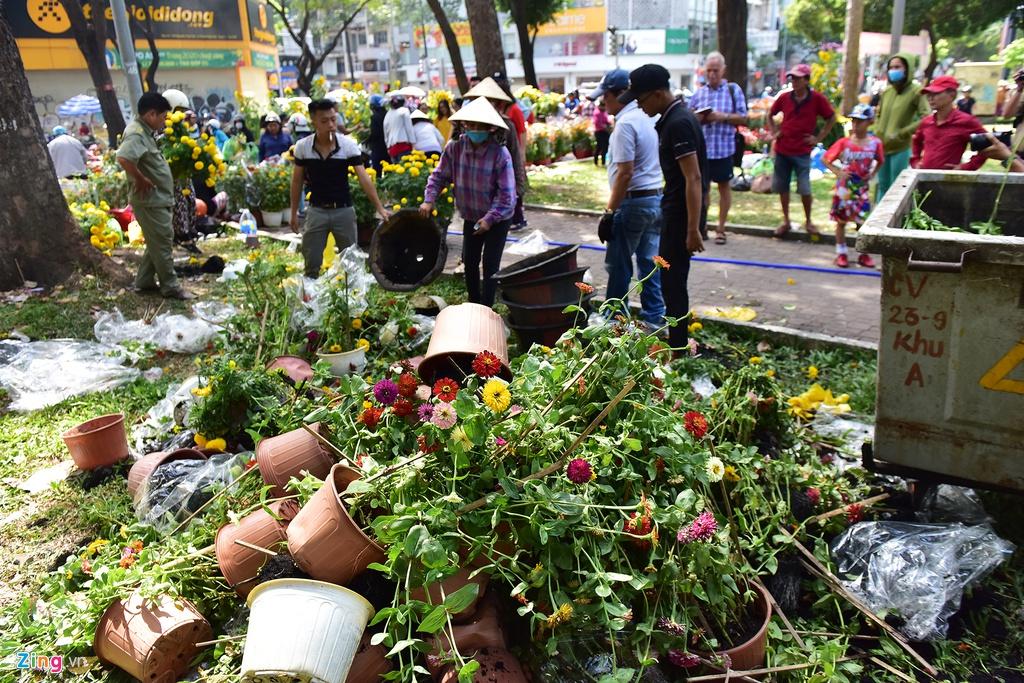 Tiểu thương xé nát hoa khi giảm giá xuống 5.000 đồng/chậu mà vẫn không có người mua - Ảnh 2