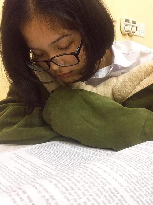 Vẻ đẹp trong sáng của nữ sinh bị chụp lén trong lúc ngủ gật khiến dân mạng xao xuyến - Ảnh 1