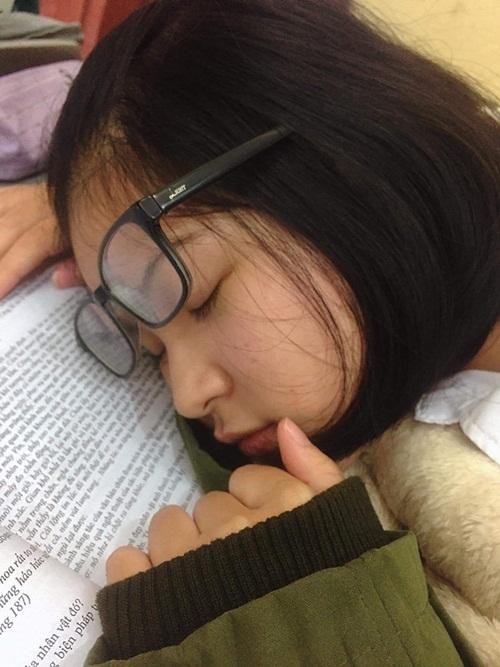 Vẻ đẹp trong sáng của nữ sinh bị chụp lén trong lúc ngủ gật khiến dân mạng xao xuyến - Ảnh 2