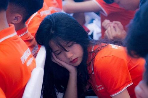 Vẻ đẹp trong sáng của nữ sinh bị chụp lén trong lúc ngủ gật khiến dân mạng xao xuyến - Ảnh 4