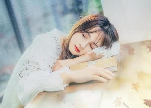 Vẻ đẹp trong sáng của nữ sinh bị chụp lén trong lúc ngủ gật khiến dân mạng xao xuyến - Ảnh 5