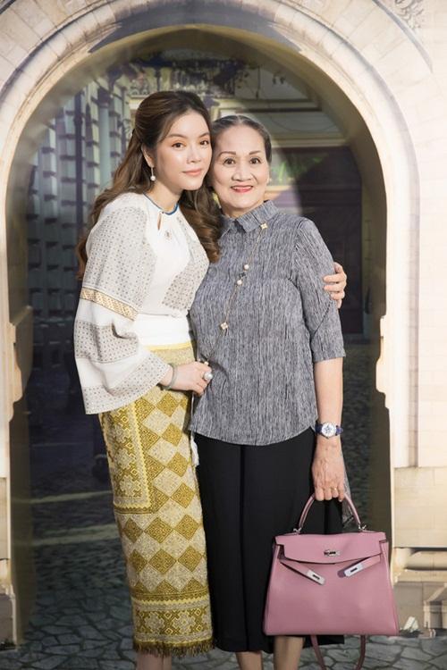 Dàn sao Việt báo hiếu bố mẹ khi thành công: Hòa Minzy mua nhà tiền tỷ, Lý Nhã Kỳ đưa mẹ đi vi vu khắp nơi - Ảnh 1