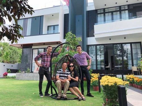 Dàn sao Việt báo hiếu bố mẹ khi thành công: Hòa Minzy mua nhà tiền tỷ, Lý Nhã Kỳ đưa mẹ đi vi vu khắp nơi - Ảnh 4
