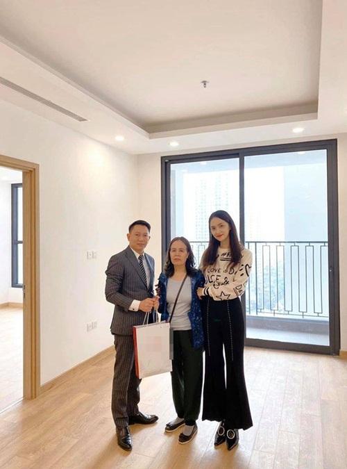 Dàn sao Việt báo hiếu bố mẹ khi thành công: Hòa Minzy mua nhà tiền tỷ, Lý Nhã Kỳ đưa mẹ đi vi vu khắp nơi - Ảnh 5