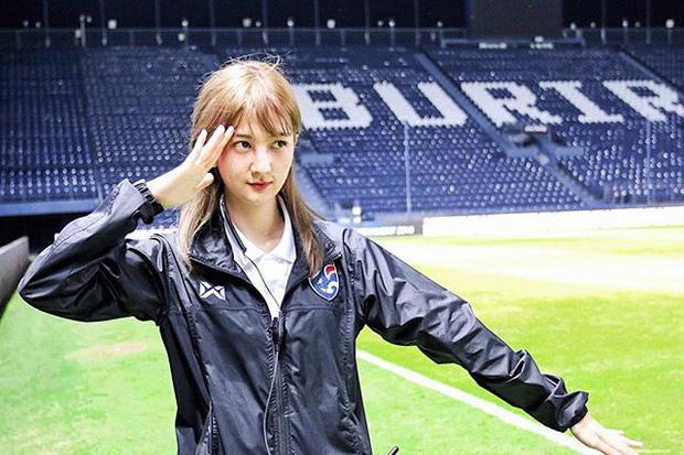 Thầy trò HLV Park Hang-seo được nữ dẫn đoàn xinh như nữ thần hộ tống tại VCK U23 châu Á - Ảnh 1