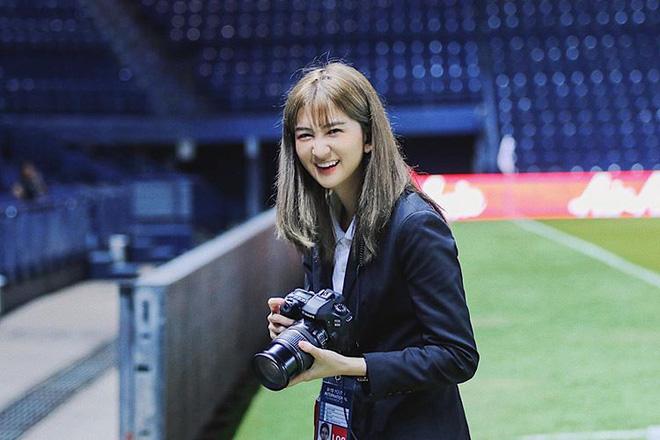 Thầy trò HLV Park Hang-seo được nữ dẫn đoàn xinh như nữ thần hộ tống tại VCK U23 châu Á - Ảnh 2