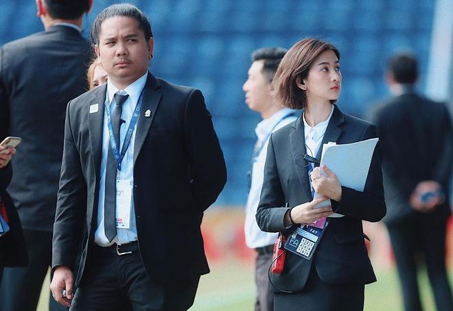 Thầy trò HLV Park Hang-seo được nữ dẫn đoàn xinh như nữ thần hộ tống tại VCK U23 châu Á - Ảnh 3