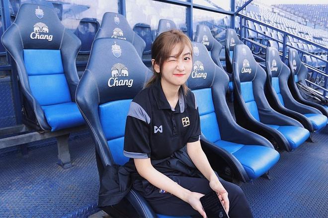 Thầy trò HLV Park Hang-seo được nữ dẫn đoàn xinh như nữ thần hộ tống tại VCK U23 châu Á - Ảnh 4