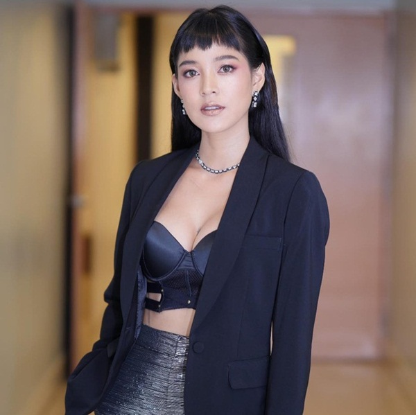 """Vẻ ngoài nóng """"bỏng mắt"""" của mỹ nhân Thái đánh ghen trong MV của Hoa hậu Hương Giang - Ảnh 3"""