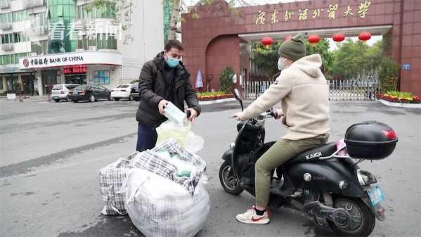 Du học sinh dùng tiền túi mua khẩu trang tặng người dân - Ảnh 1