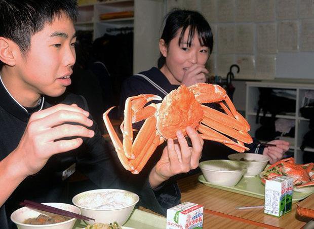 Chứng kiến trường học ở Nhật bản mua cua tuyết siêu đắt trong bữa ăn miễn phí cho học sinh sắp tốt nghiệp - Ảnh 1