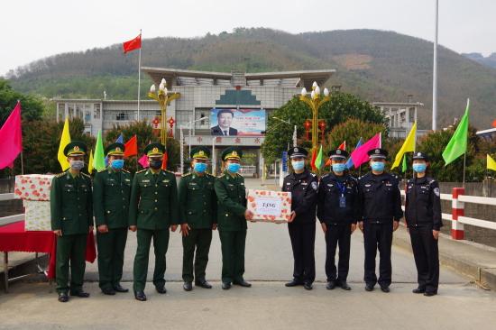 Bộ đội biên phòng Lai Châu tặng 3.000 khẩu trang cho lực lượng bảo vệ biên giới Trung Quốc - Ảnh 1