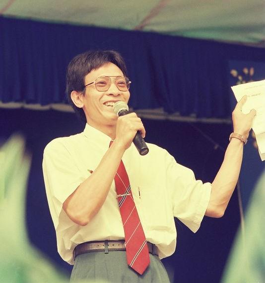 """Ảnh thời trẻ để tóc dài, mặc quần ống loe của MC Lại Văn Sâm gây """"sốt"""" mạng xã hội - Ảnh 2"""