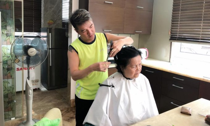 Ca sĩ Đàm Vĩnh Hưng bất ngờ khoe ảnh tự tay cắt tóc cho mẹ - Ảnh 2