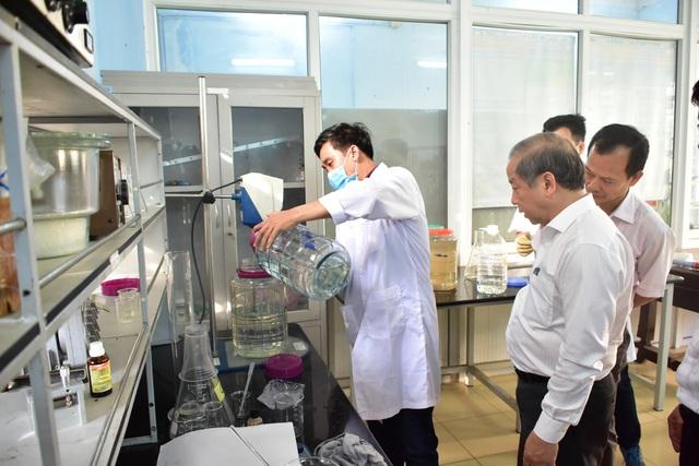 Thừa Thiên-Huế hỗ trợ cho thầy, trò điều chế nước rửa tay miễn phí - Ảnh 1