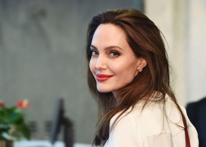 Minh tinh Angelina Jolie ủng hộ 1 triệu USD cho học sinh nội trú - Ảnh 1