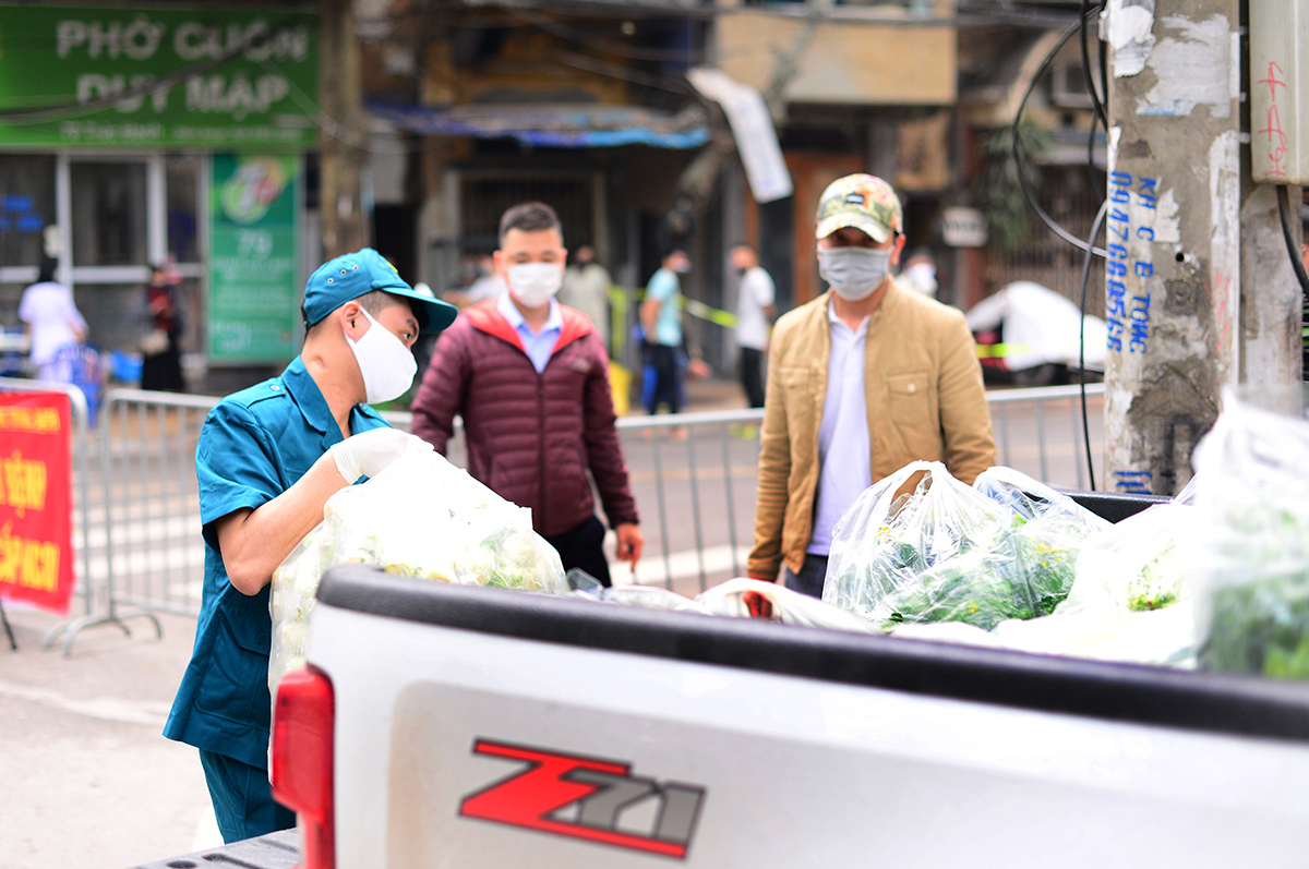 Hà Nội đáp ứng đầy đủ nhu yếu phẩm cho 195 người bị cách ly ở phố Trúc Bạch - Ảnh 1
