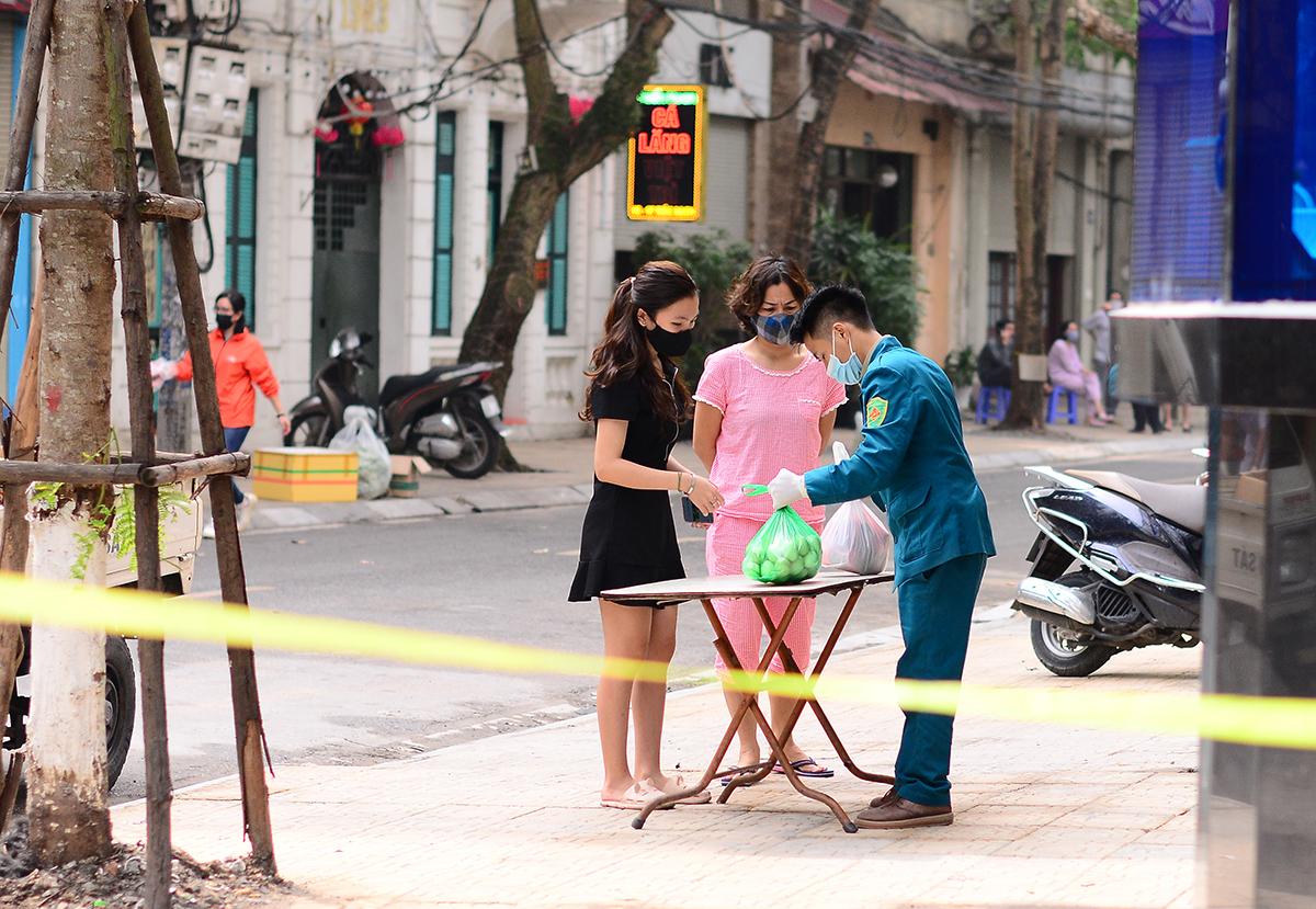Hà Nội đáp ứng đầy đủ nhu yếu phẩm cho 195 người bị cách ly ở phố Trúc Bạch - Ảnh 2