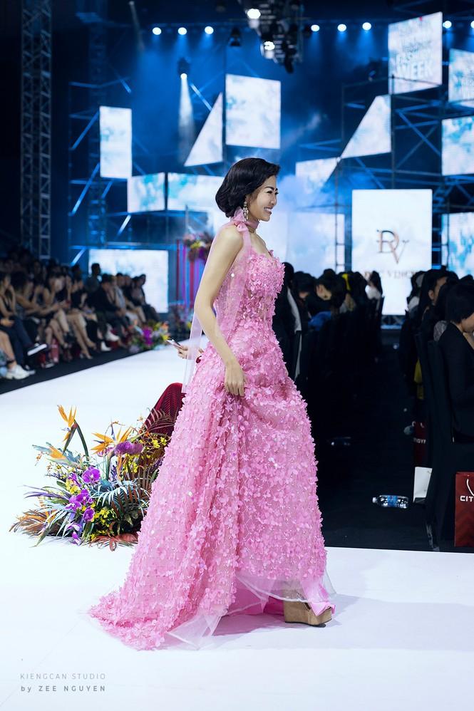 Chiếc váy được đem đi đấu giá gây quỹ cho con gái Mai Phương có gì đặc biệt? - Ảnh 3