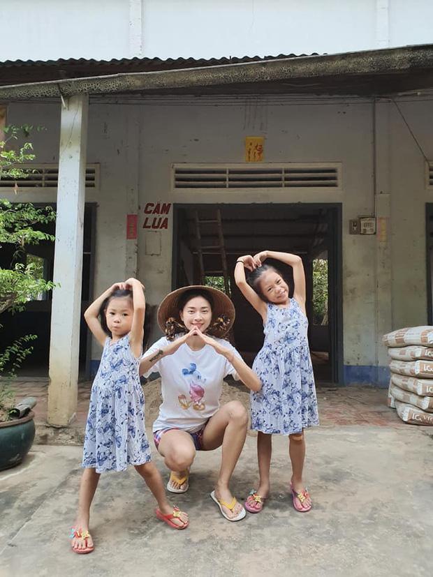Muôn kiểu sao Việt về quê tránh dịch: Đả nữ Ngô Thanh Vân đi chăn vịt, H'Hen Niê ở nhà trông cháu - Ảnh 1