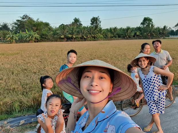 Muôn kiểu sao Việt về quê tránh dịch: Đả nữ Ngô Thanh Vân đi chăn vịt, H'Hen Niê ở nhà trông cháu - Ảnh 3