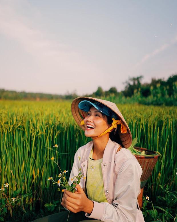 Muôn kiểu sao Việt về quê tránh dịch: Đả nữ Ngô Thanh Vân đi chăn vịt, H'Hen Niê ở nhà trông cháu - Ảnh 5