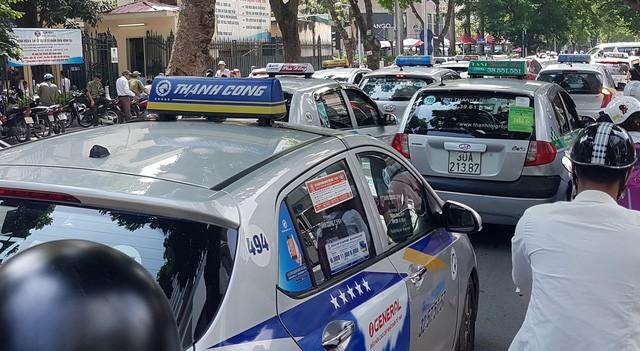 Quy định mới về hoạt động của taxi công nghệ và truyền thống: Người sử dụng sẽ quyết hãng nào sẽ tồn tại? - Ảnh 1