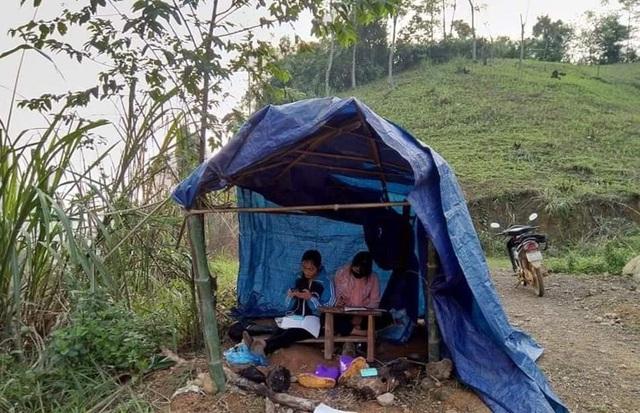 Rớt nước mắt cảnh hai nữ sinh vùng cao dựng lán giữa đồi để học online - Ảnh 1