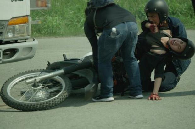 Khoảnh khắc sao Việt gặp tai nạn vì vai diễn ở hậu trường khiến fan xót xa - Ảnh 4