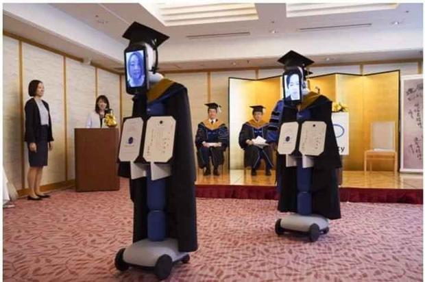 Trường học Nhật Bản khiến dư luận thế giới xôn xao với hình ảnh trao bằng tốt nghiệp bằng robot - Ảnh 1