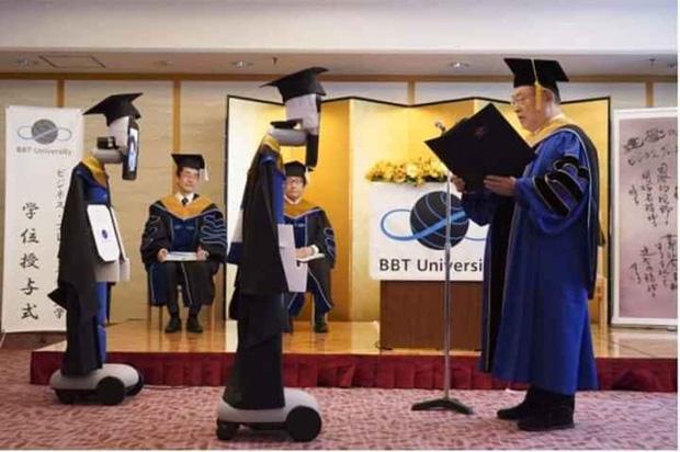 Trường học Nhật Bản khiến dư luận thế giới xôn xao với hình ảnh trao bằng tốt nghiệp bằng robot - Ảnh 2