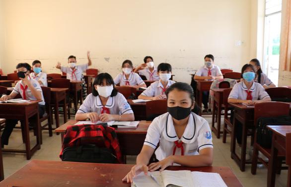Học sinh Thái Bình, Cà Mau phấn khởi đi học trở lại sau kỳ nghỉ dài chưa từng có - Ảnh 1