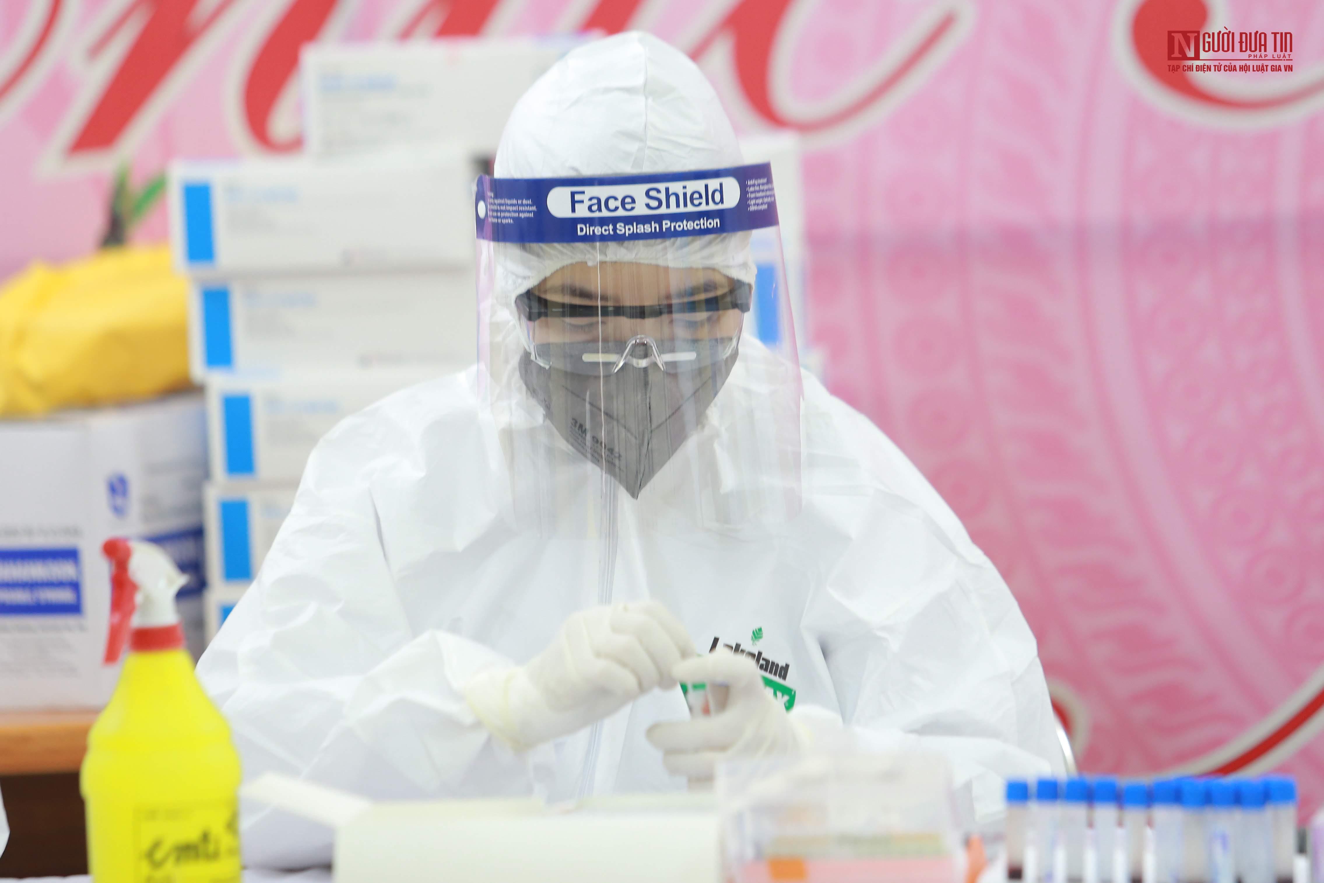 Test nhanh phát hiện 4 mẫu dương tính Covid-19 tại chợ hoa Mê Linh - Ảnh 1