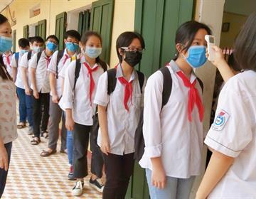 Bộ Y tế đề nghị đeo khẩu trang trong trường học, học sinh ngồi cách nhau ít nhất 1,5m - Ảnh 1
