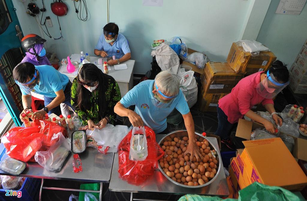 TP.HCM: Ấm lòng nhóm từ thiện phát 250 phần cơm mỗi ngày cho người nghèo - Ảnh 1