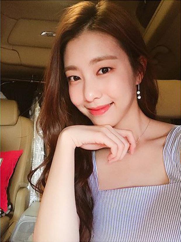 Vẻ ngoài đẹp tựa nữ thần cùng lý lịch quá khủng của vợ trẻ So Ji Sub - Ảnh 3